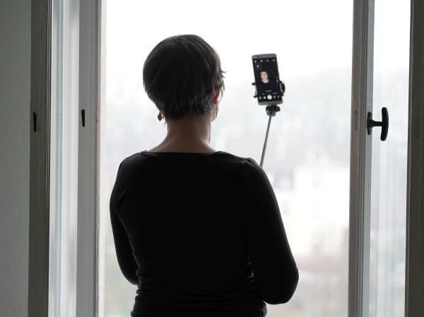 fotogen werden üben: Selbstportät am Fenster